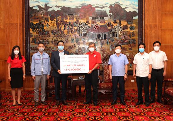 Toyota Việt Nam tặng tỉnh Vĩnh Phúc máy xét nghiệm nhanh Covid-19