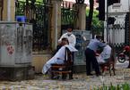 Người Hà Nội tranh thủ ăn phở, cắt tóc trước 12 giờ trưa