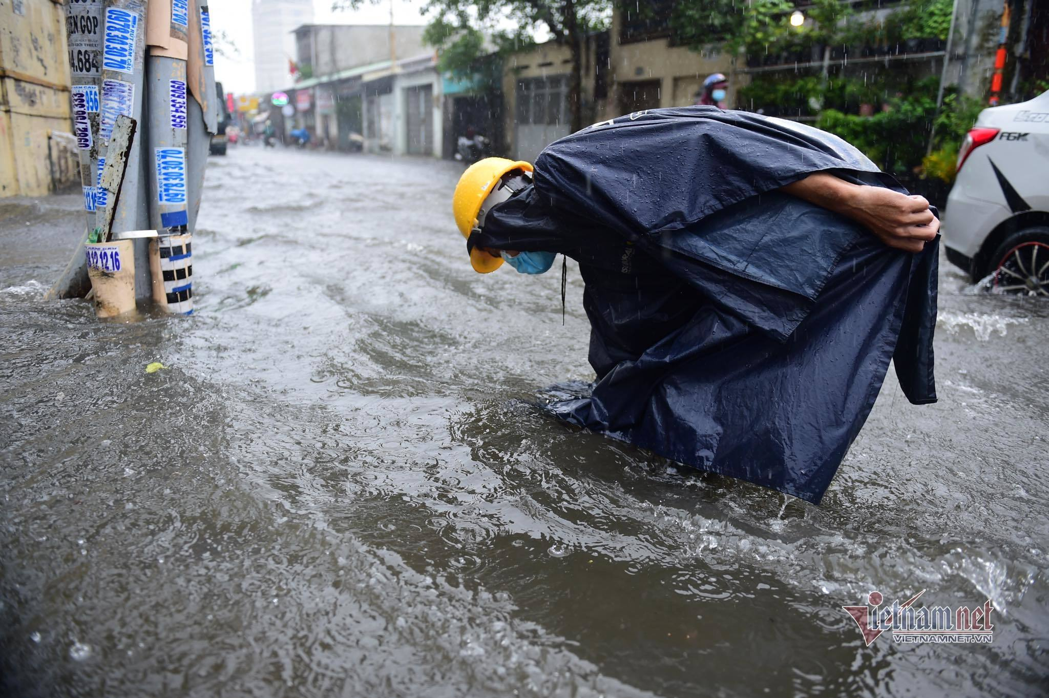 TP.HCM mưa suốt buổi sáng, cả loạt ô tô, xe máy chạy rẽ sóng