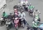 'Nữ quái' U70 cầm đầu nhóm dàn cảnh vây xe để móc túi trên phố Sài Gòn