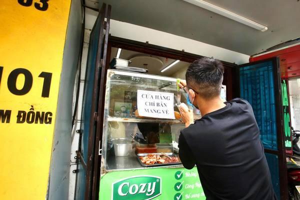 Hàng quán Hà Nội hối hả dọn dẹp thực hiện lệnh dừng hoạt động