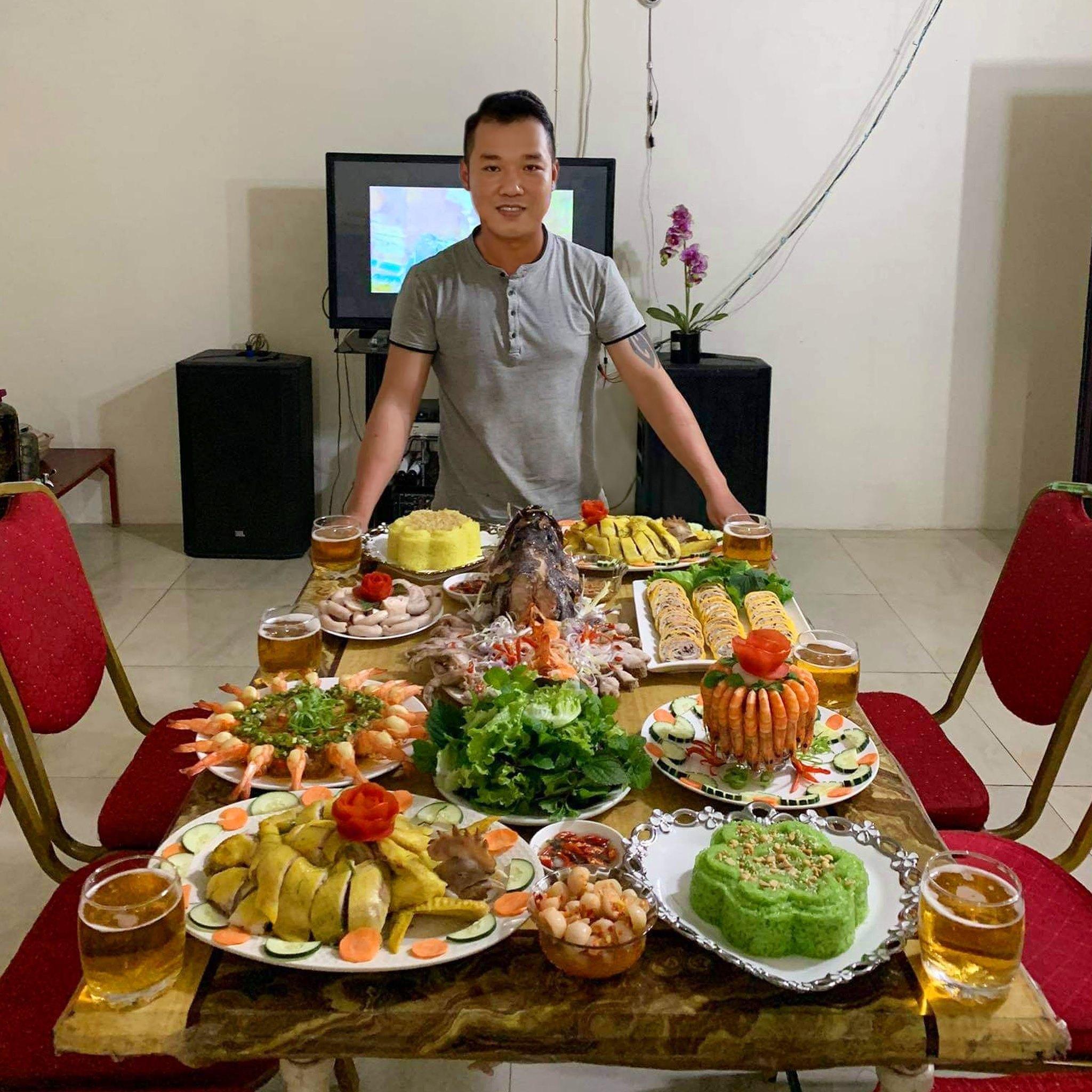 Mâm cơm Việt của chàng trai 10 năm ở châu Phi khiến nhiều người thán phục
