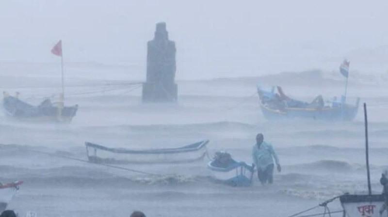 Giữa đại dịch Covid-19, hàng vạn dân Ấn Độ phải sơ tán tránh bão