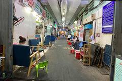Hẻm 'nail quốc tế' chợ Bến Thành cố cầm cự chờ ngày khách quay lại