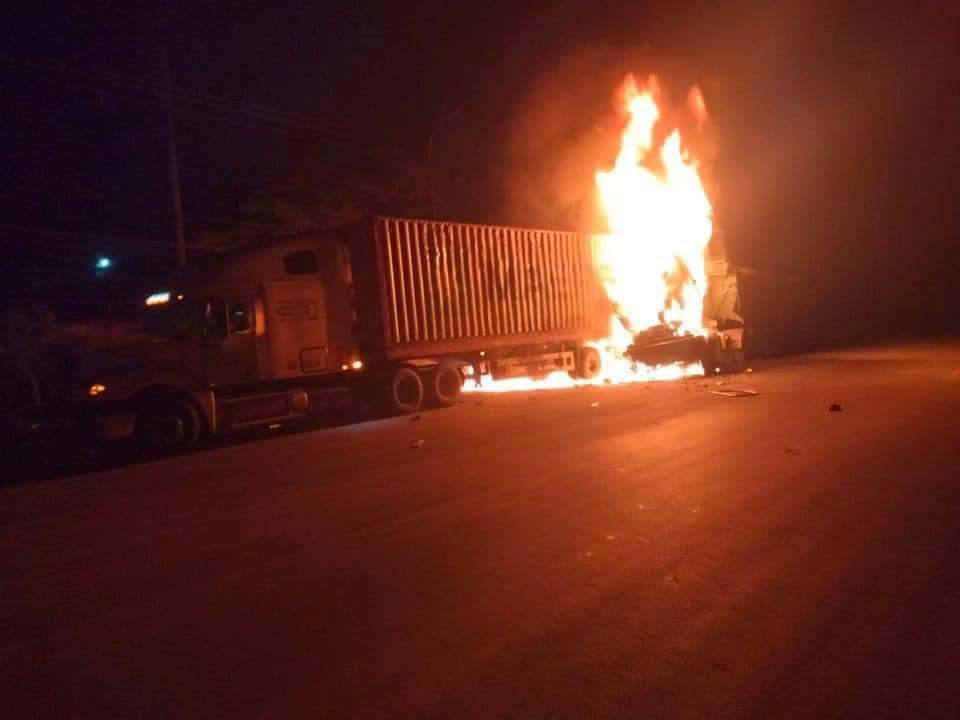 Ô tô đầu kéo va chạm với xe container chở giấy, bốc cháy dữ dội