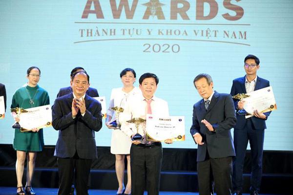 Bác sĩ Tú Dung nhận huy chương Bạc tại Hội nghị Nội khoa Hoa Kỳ