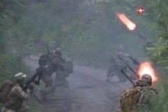 Hình ảnh binh sĩ Nga 'khạc lửa' trong rừng