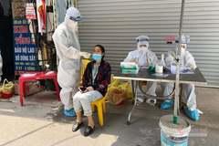 Bác sĩ tuyến đầu đội nắng lấy mẫu xét nghiệm cho 18.000 công nhân ở tâm dịch Bắc Giang