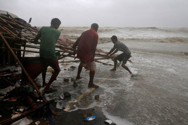 Bão lớn đổ bộ Ấn Độ, hàng vạn ngôi nhà bị tàn phá