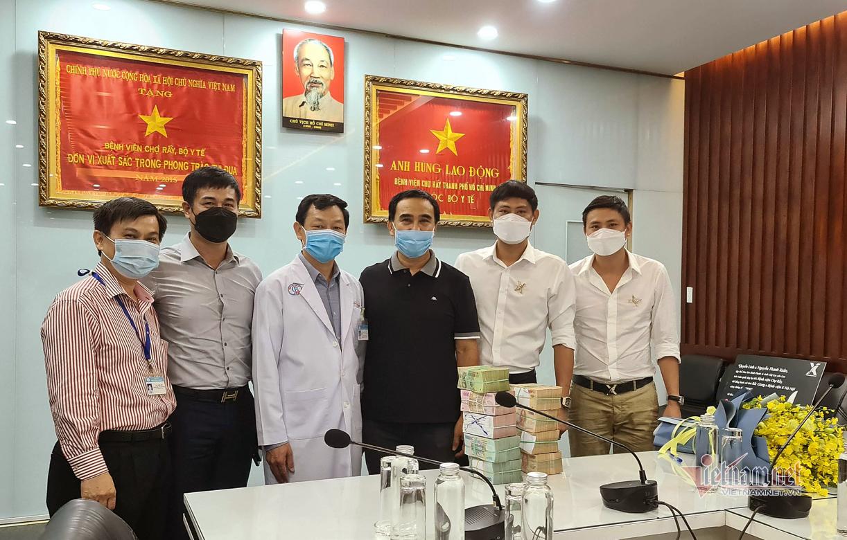 Quyền Linh đi xe máy tới bệnh viện ủng hộ 2 tỷ đồng chống dịch Covid-19
