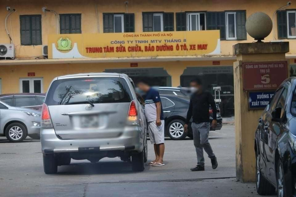 Tranh giành ép biển số ô tô, một thanh niên bị đâm giữa phố Hà Nội
