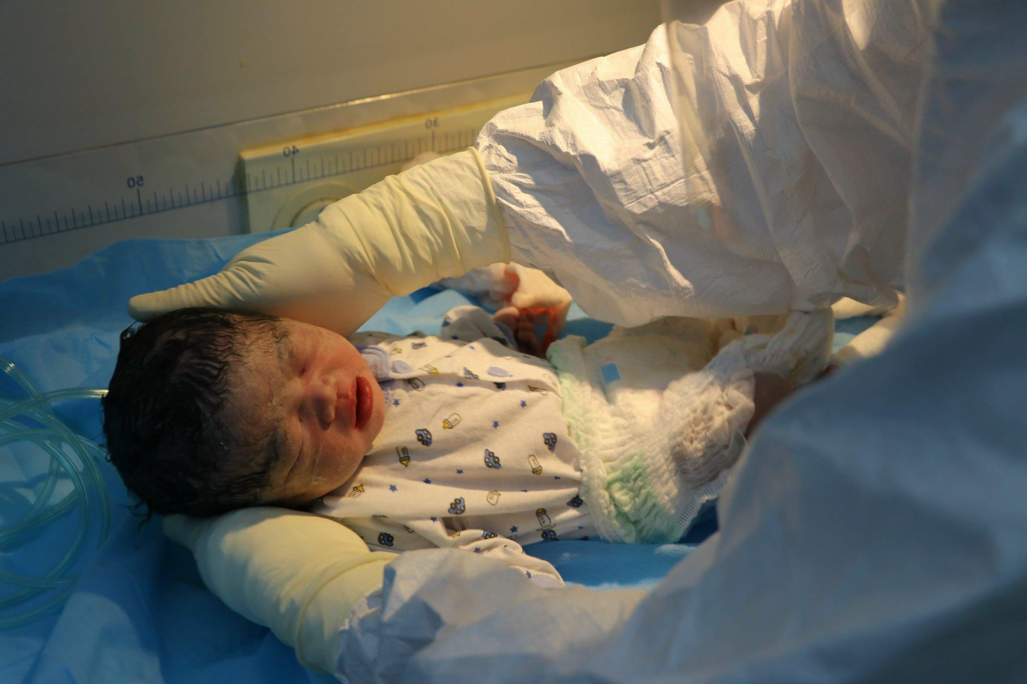 Mẹ mắc Covid-19 hôn mê, bé sơ sinh được điều dưỡng vắt sữa nuôi dưỡng