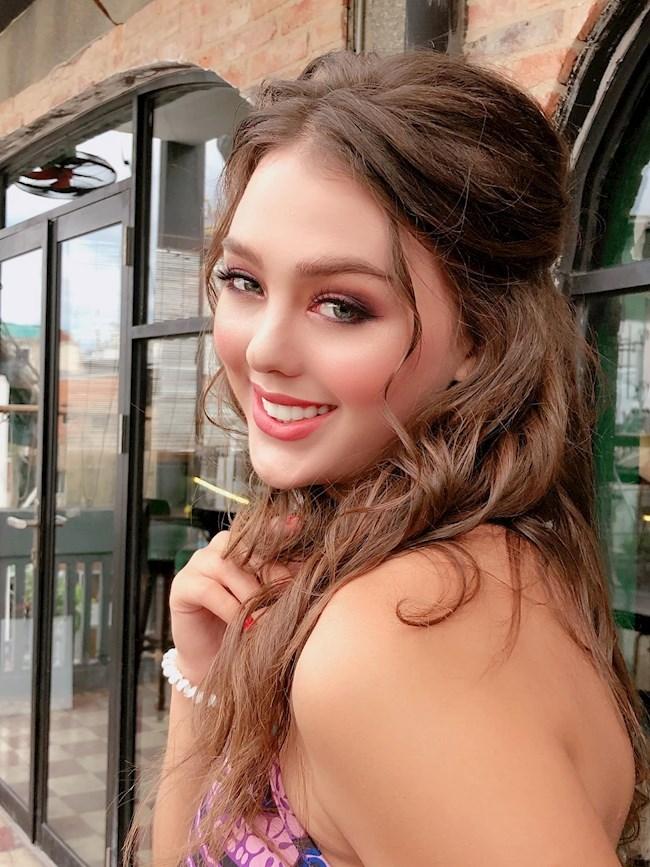 Bạn gái Tây xinh đẹp của thủ môn Bùi Tiến Dũng