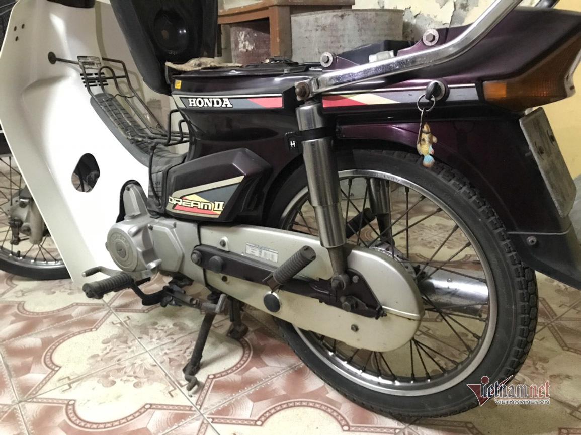 Honda Dream Thái 1992 cũ gỉ gần 30 năm tuổi bán vẫn tranh nhau mua