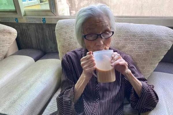 Cụ bà hơn 100 năm làm bạn với cà phê