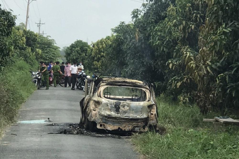Thi thể người nằm trong xe taxi bị cháy rụi