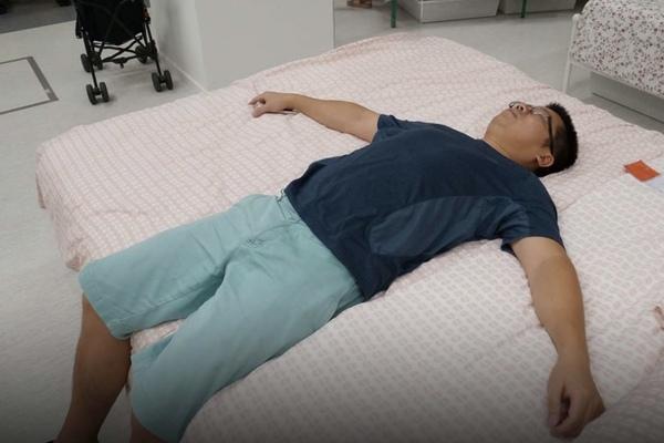Mệt mỏi vì công việc, người trẻ Trung Quốc chọn lối sống 'nằm xuống'