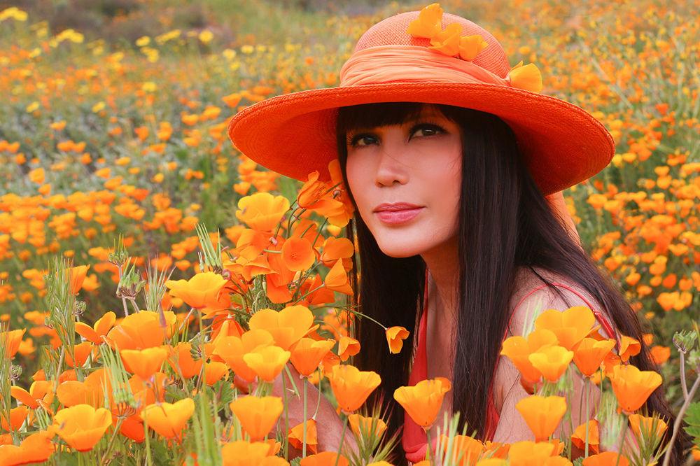 Ca sĩ Nhật Hạ đẹp dịu dàng giữa đồng hoa poppy