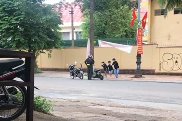 Cảnh sát phạt học sinh 'thụt xì dầu' để răn đe vi phạm giao thông