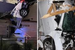 Ô tô đâm xuyên nóc nhà nhưng khó hiểu khi không có thương vong về người