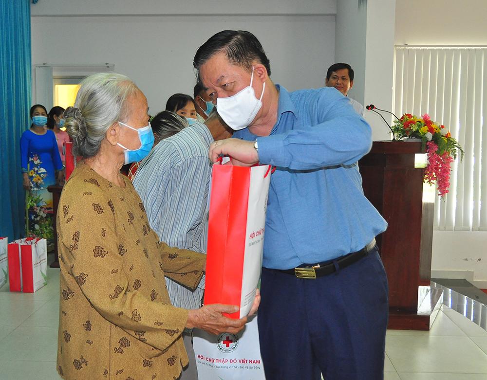Trưởng Ban Tuyên giáo Trung ương tặng quà cho người nghèo ở Tiền Giang