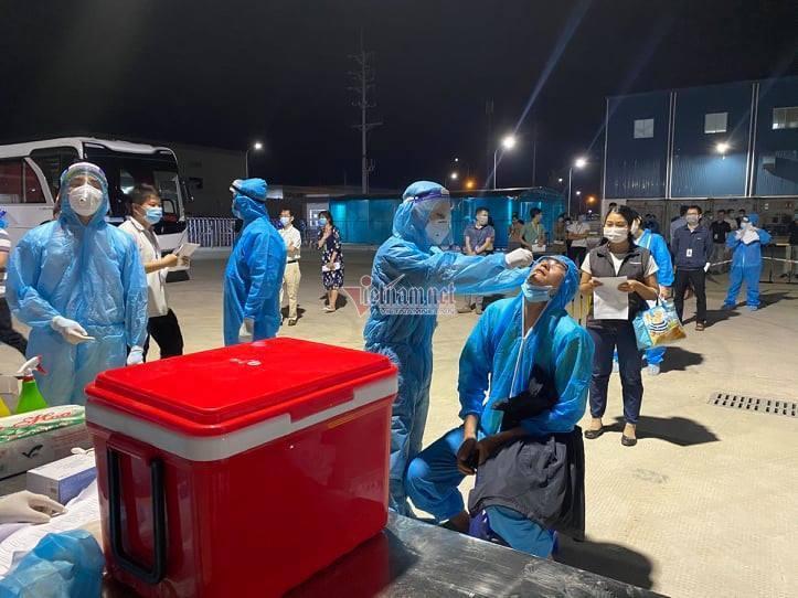 Hơn 4.000 công nhân đi làm trở lại trong các khu công nghiệp ở Bắc Giang