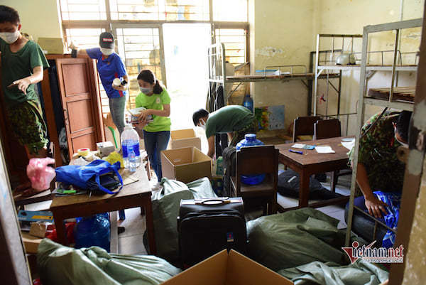 Sinh viên rời kí túc xá để làm khu cách ly chống dịch Covid-19
