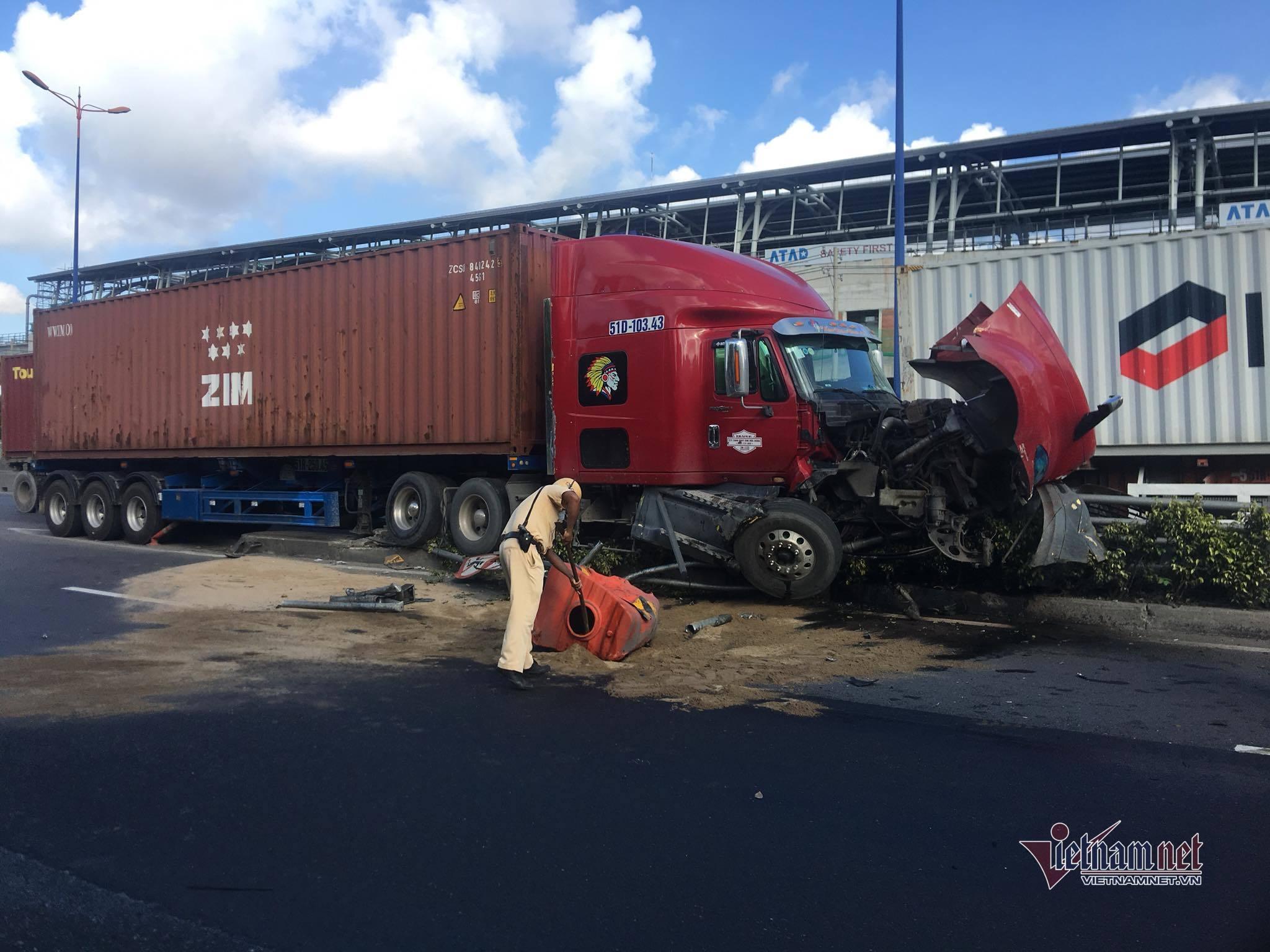 Xe container 'vỡ đầu' dưới chân cầu vượt Thủ Đức, dầu chảy tràn đường