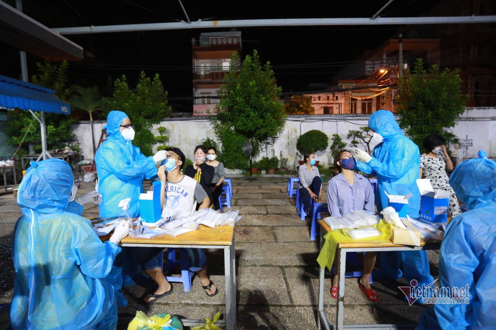 Xuyên đêm lấy mẫu 50.000 người liên quan chuỗi Covid-19 Hội thánh truyền giáo