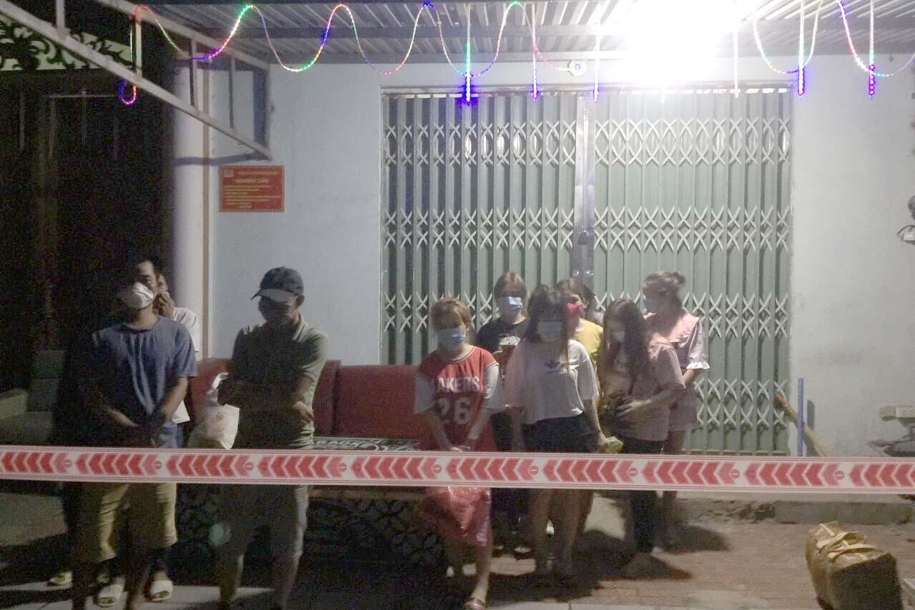 Đóng cửa bên ngoài, quán karaoke ở Quảng Ninh cho khách hát 'chui'