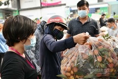 Giữa trưa nắng rát, người Hà Nội mua vải thiều ủng hộ Bắc Giang