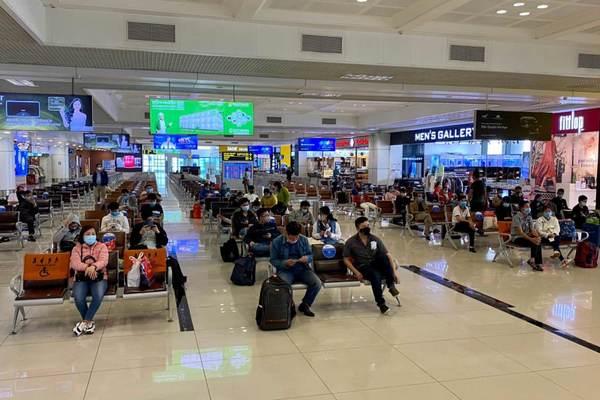 Hai người có vé máy bay đi nước ngoài được chung xe chở ra sân bay