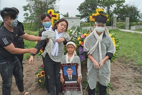 Cha mẹ lần lượt qua đời, ba đứa trẻ bơ vơ, thất học