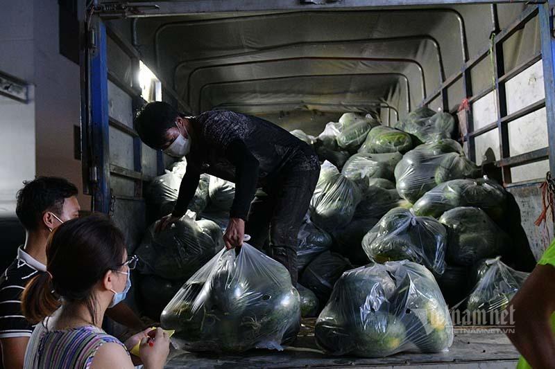 Hàng từ tâm dịch Bắc Giang đổ về, dân Hà Nội xuyên đêm ngóng đợi