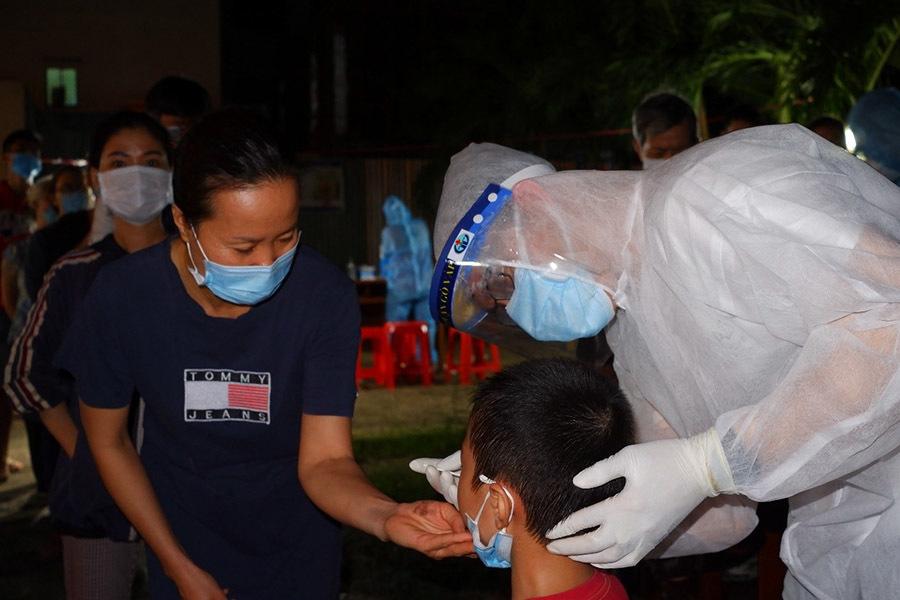 Đêm trắng lấy mẫu xét nghiệm cho 24.000 người ở TP.HCM