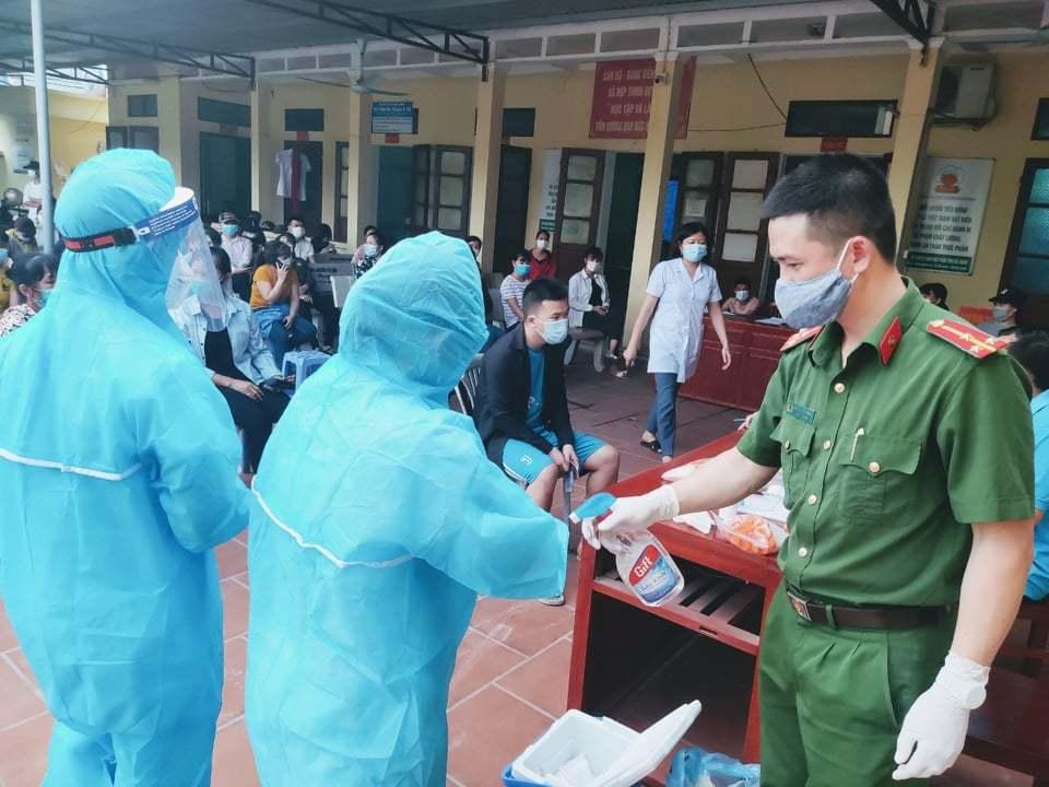Thầy giáo nhắn vợ làm y tá ở tâm dịch Bắc Giang: Đừng khóc nhé!
