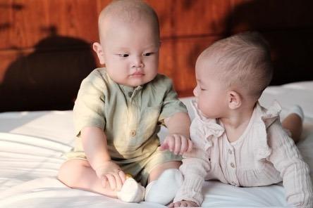 Bộ ảnh mới dễ thương của cặp song sinh nhà Hồ Ngọc Hà - Kim Lý