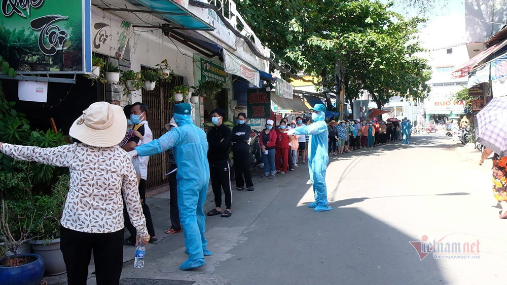 Người dân tụ tập đông đúc chờ lấy mẫu xét nghiệm, Chủ tịch phường giải thích lý do