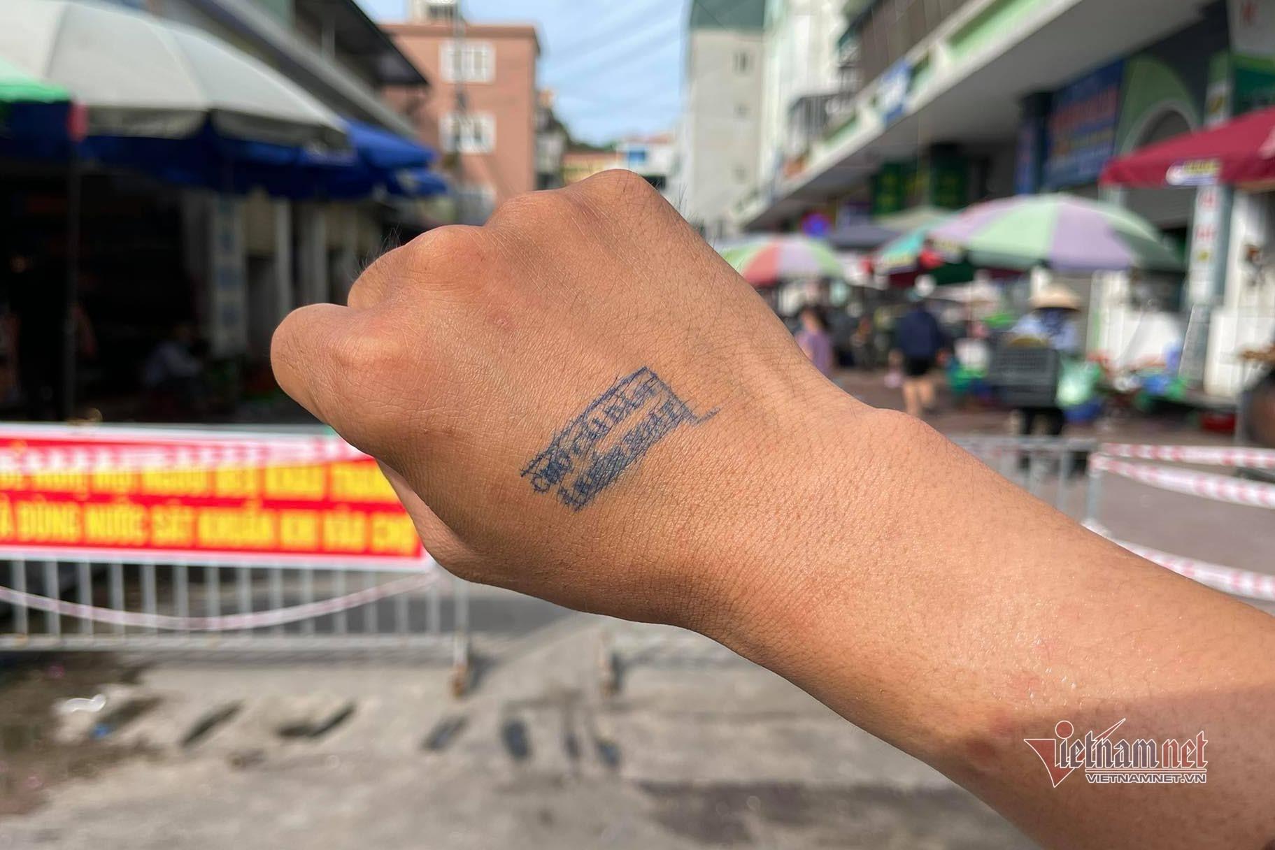 Quảng Ninh: Phố xá vắng lặng, vào chợ phải có dấu xác nhận
