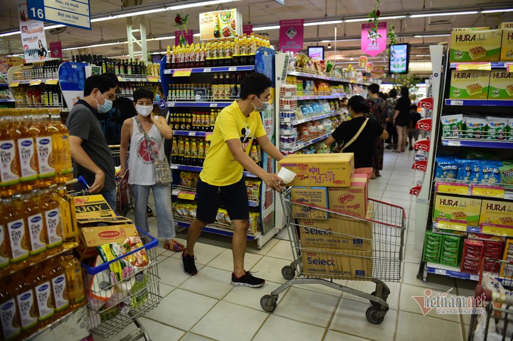 Người dân TP.HCM hối hả đi chợ, siêu thị trước giờ giãn cách xã hội
