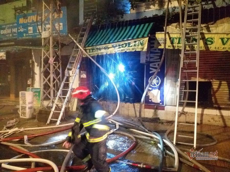 Cắt cửa cuốn cứu 4 người mắc kẹt trong đám cháy lúc rạng sáng ảnh 1