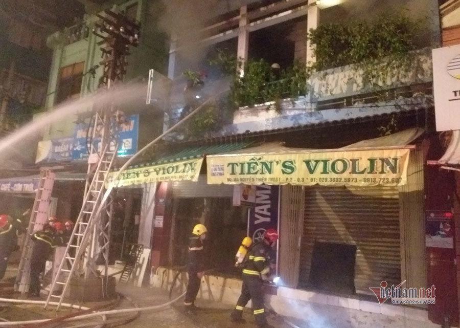 Cắt cửa cuốn cứu 4 người mắc kẹt trong đám cháy lúc rạng sáng ảnh 2