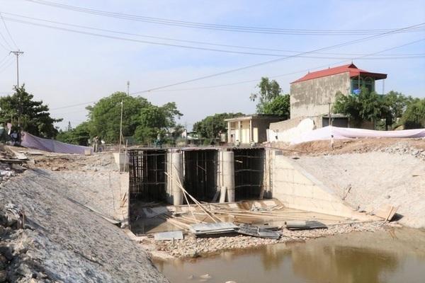 Sập giàn giáo thi công cầu, bê tông cốt thép bít kín lòng sông