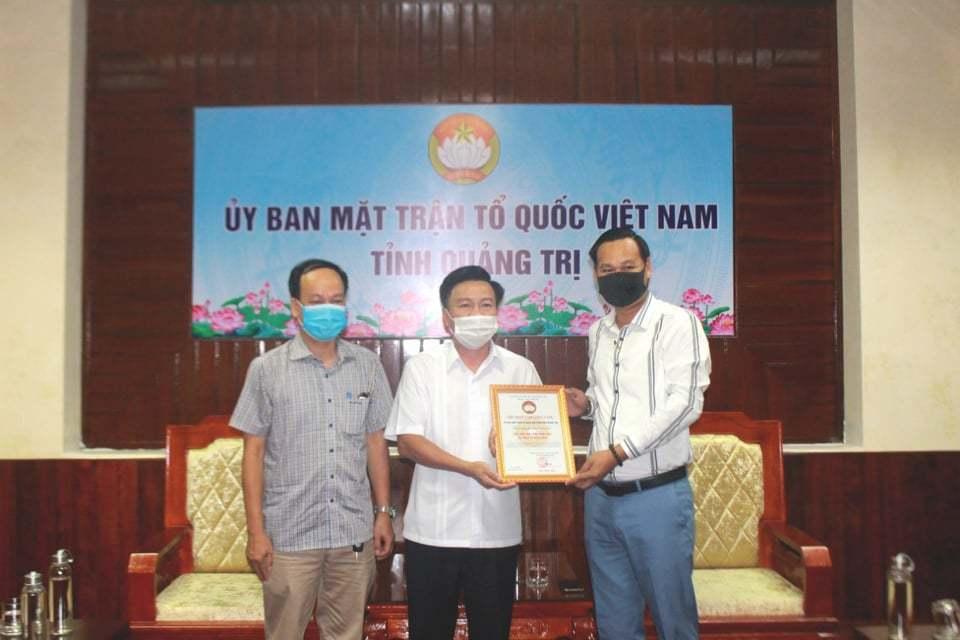 Đại diện nghệ sĩ Hoài Linh trao 2,4 tỷ đồng cho Quảng Trị