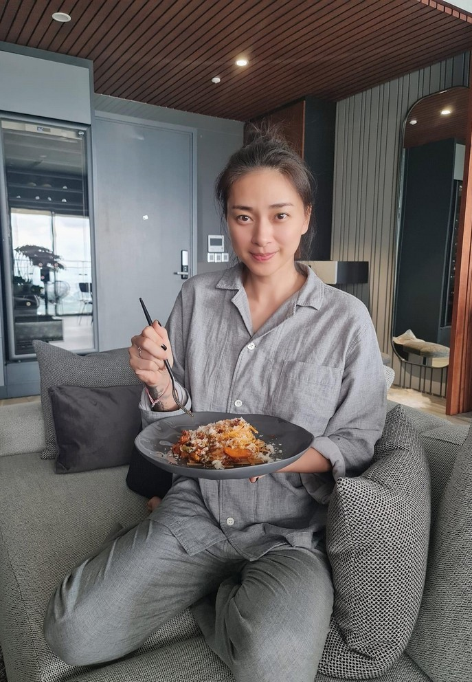 Thanh Lam tuổi 52 đẹp dịu dàng bên hoa sen