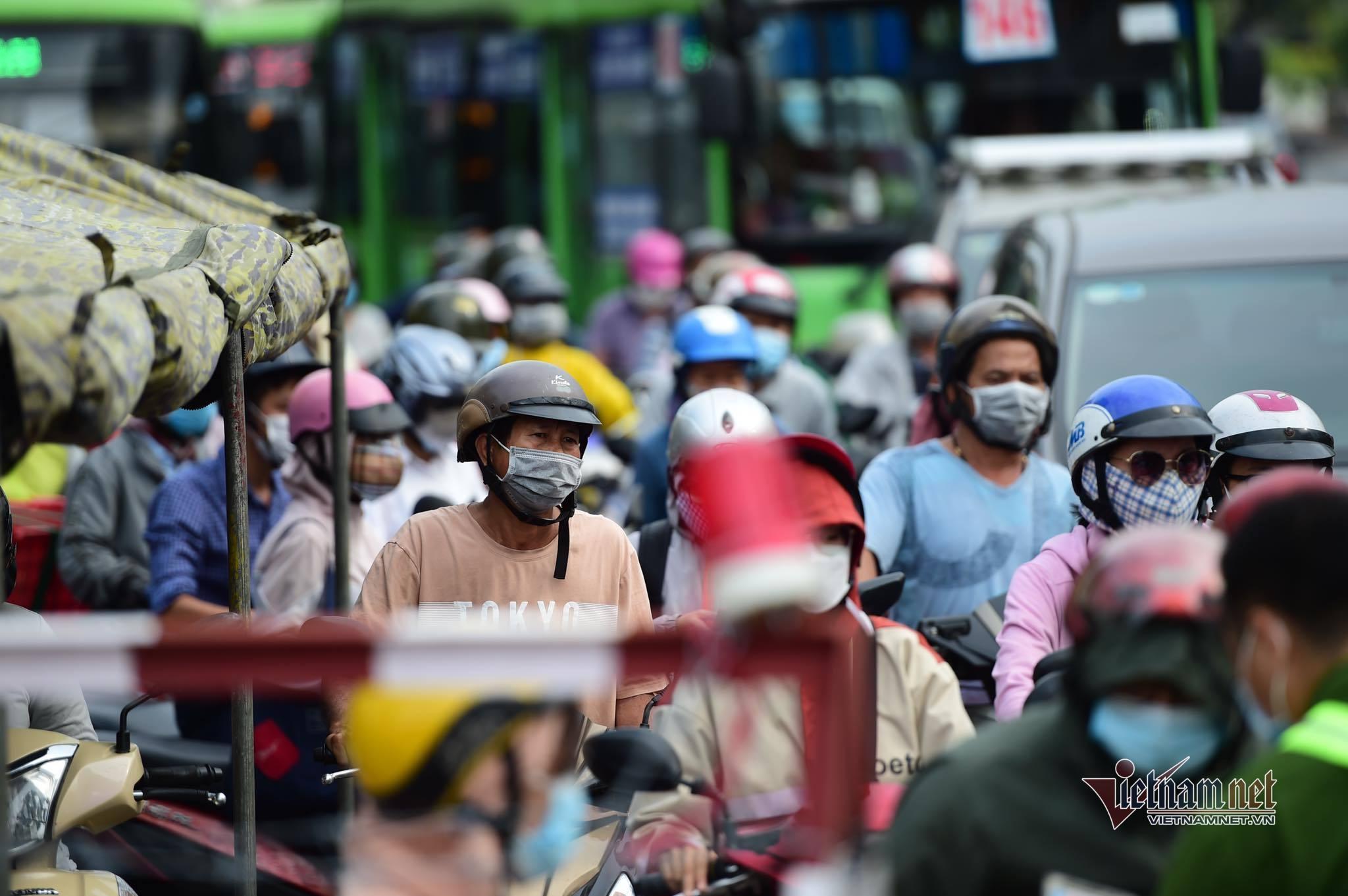 Ca nhiễm từ nhóm truyền giáo tăng kỷ lục, thành phố lớn nhất nước 'căng mình' chống dịch