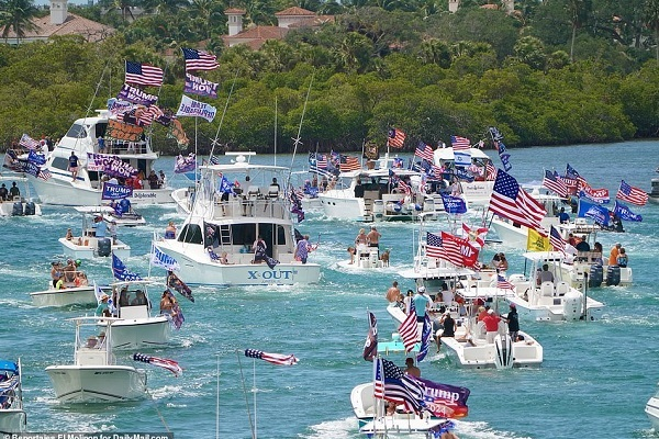 Ông Trump được người ủng hộ 'diễu thuyền' vinh danh