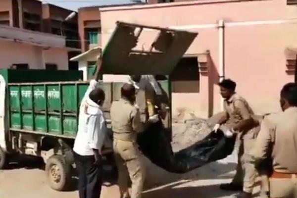 Cảnh sát Ấn Độ dùng xe rác chở thi thể nghi nhiễm Covid-19