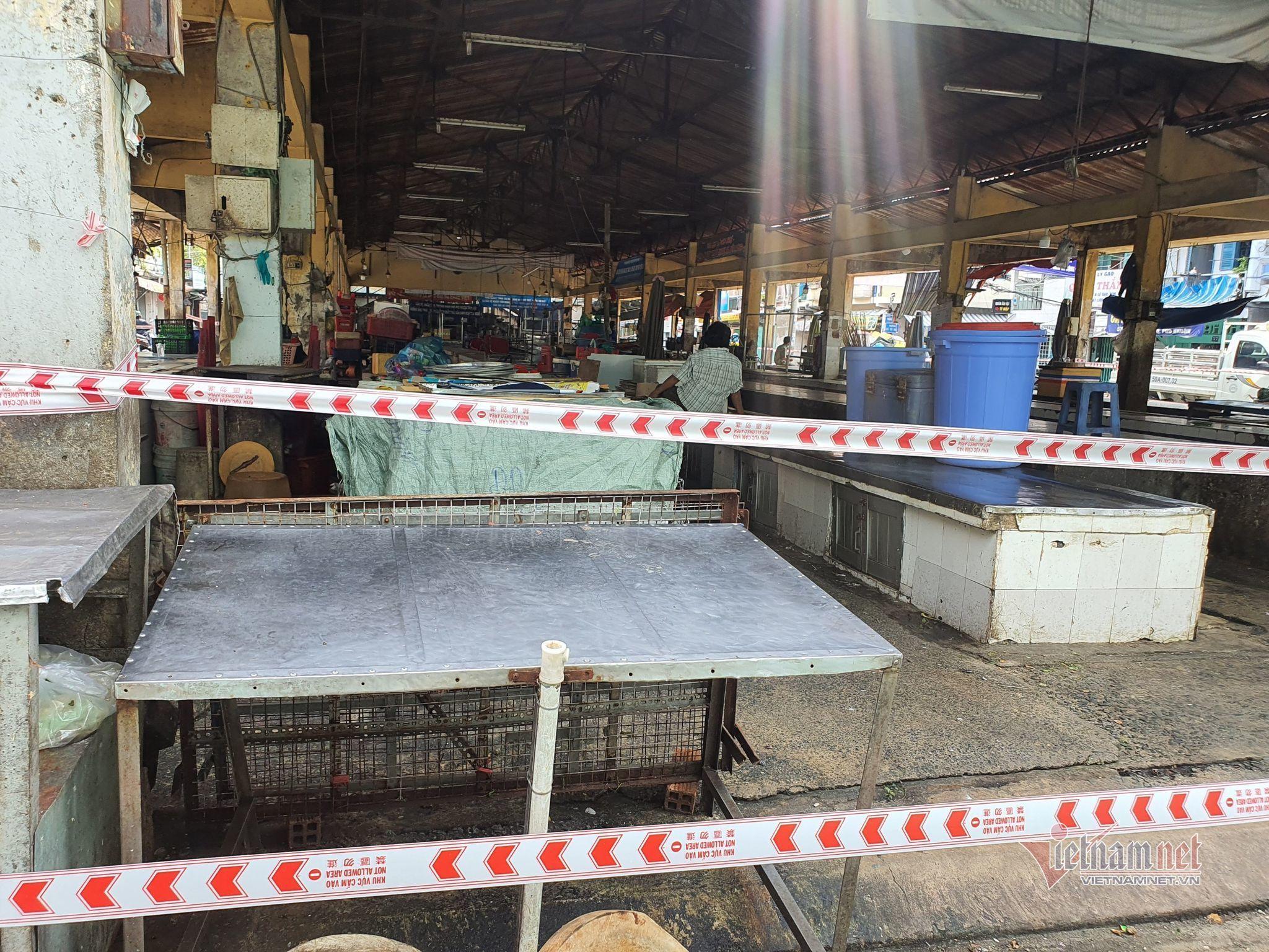 Phong tỏa chợ Phú Nhuận và 3 con hẻm vì liên quan ca nghi nhiễm Covid-19