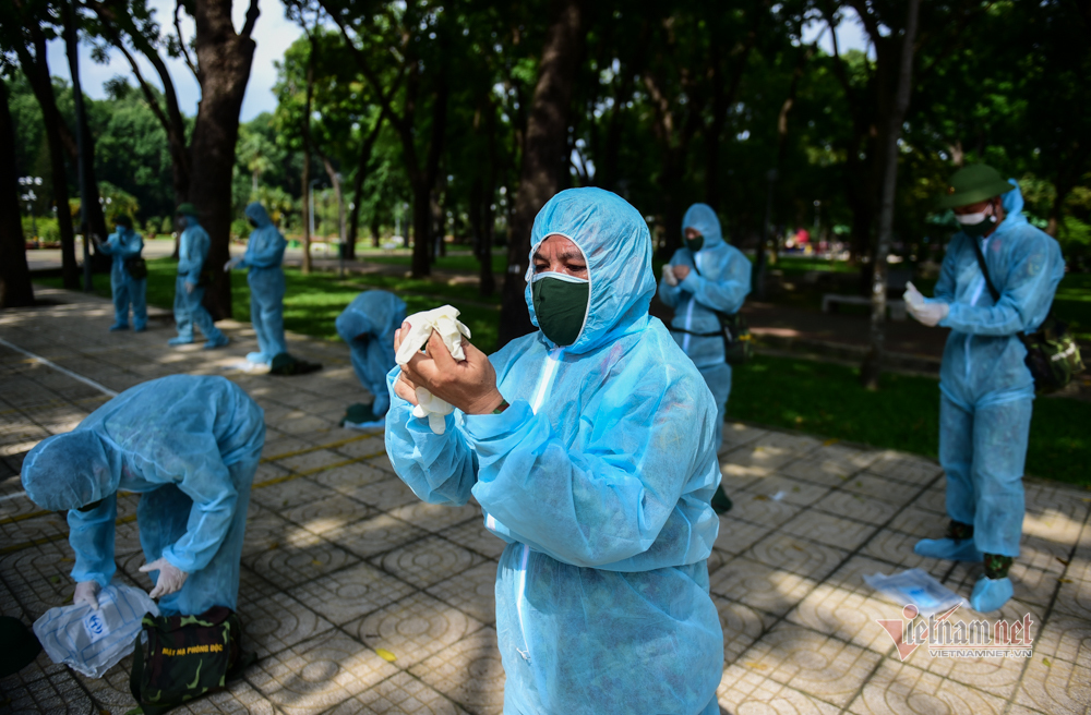 Chục xe đặc chủng của Quân khu 7 phun khử trùng toàn quận Gò Vấp